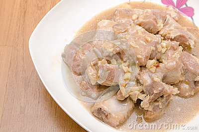 Carne de porco fritada dos reforços com molho de alho