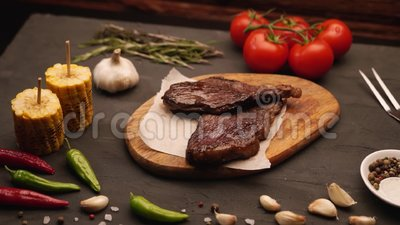Carne e produtos hortícolas grelhados sobre mesa de madeira rústica Menu Barbecue vídeos de arquivo