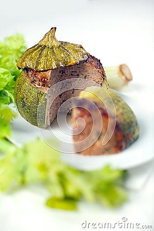 Carne enchida em volta do Zucchini