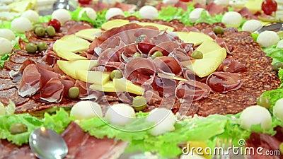 Carne fumado e queijo em uma placa Carne secada arranjada no restaurante appetizing Bandeja curada da carne video estoque