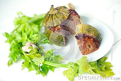 Carne rellena alrededor de calabacín