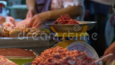 Carnicero masculino que pesa en vender carne roja, Asia almacen de video