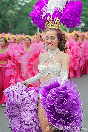 Free Carnival Cabaret Dancer Wearing Festival Clothe With Ultra Violet Style Royalty Free Stock Images - 111645609