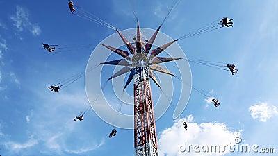 Carousel цепей и голубое небо акции видеоматериалы