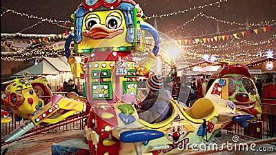 Carousel для детей на рождестве справедливом на красной площади в Москве акции видеоматериалы