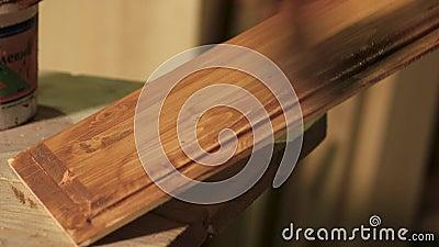 Carpenter bedeckt Holzplättchen mit Lack stock footage