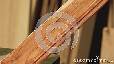 Carpenter bedeckt Holzplättchen mit Lack stock video footage