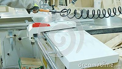 Carpinteiro que usa o sistema do compressor de ar para fundir a serragem filme