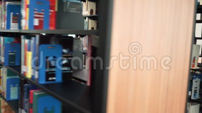 Carrello in biblioteca stock footage