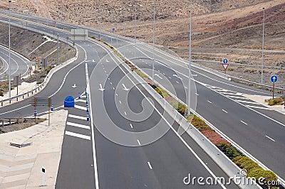 Carretera de cuatro carriles