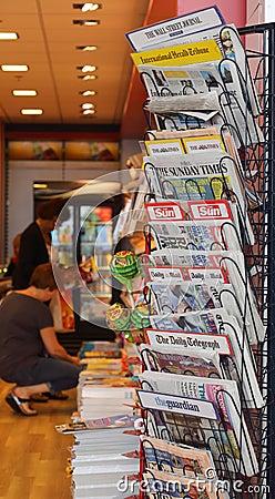 Carrinho de notícia Foto Editorial