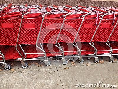 Carrinhos de compras vermelhos em seguido