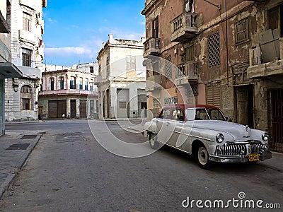 Carro americano velho clássico em Havana velho Foto de Stock Editorial