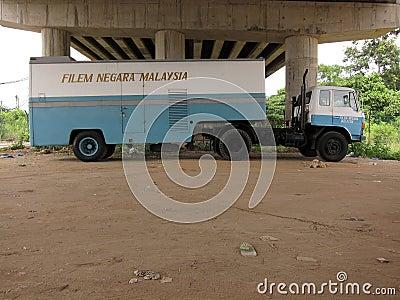 Carro azul de la película bajo el puente Malasia Foto de archivo editorial