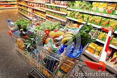 Carro de compra com fruta no supermercado