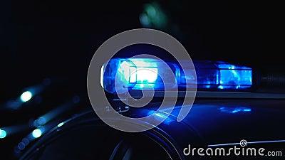 Carro de polícia que patrulha na noite, servindo povos e protegendo a vizinhança vídeos de arquivo