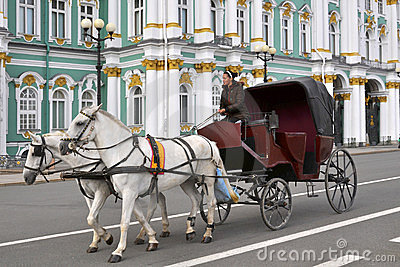 Carro do cavalo, palácio do inverno, St Petersburg Foto Editorial