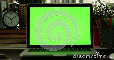 Carro fuera del ordenador portátil con la pantalla verde Oficina oscura Perfeccione para poner su propia imagen o vídeo Pantalla  metrajes