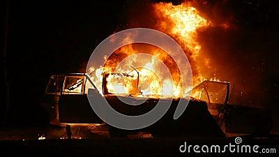 Carro no fogo Explosão do carro noite Movimento lento video estoque