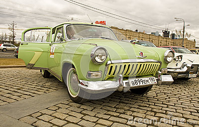 Carro retro Volga do russo Fotografia Editorial