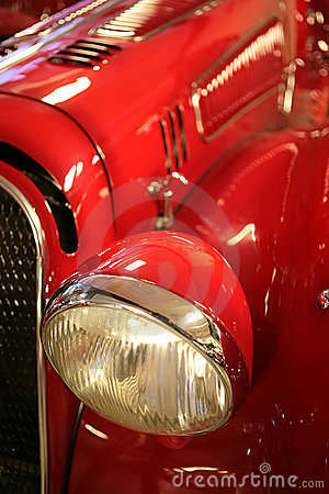 Carro vermelho à antiga