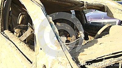 Carros danificados em consequência da inundação video estoque