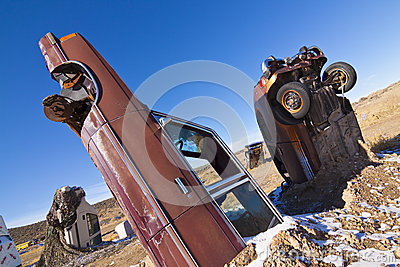 Carros enterrados de Junked