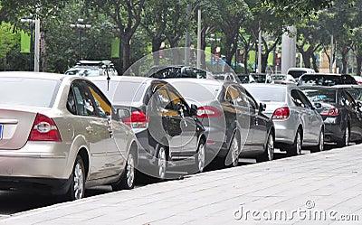 Resultado de imagem para carros estacionados na rua