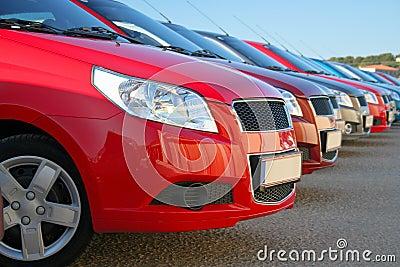 Carros estacionados em uma fileira