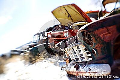 Carros velhos no junkyard
