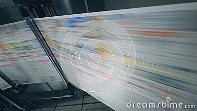 Carta stampata che si muove tramite la macchina Giornali di stampa nella tipografia stock footage