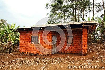 Casa africana hecha de ladrillos rojos de la tierra