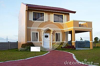 Casa amarillo-naranja unifamiliar