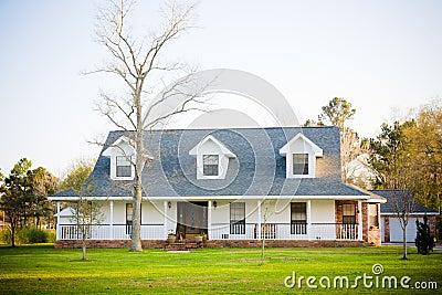 Casa bianca dell 39 americano di stile del ranch immagini for Piani di casa in stile cottage artigiano