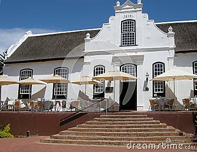 Casa bianca nello stile coloniale sull 39 azienda agricola for Design coloniale olandese
