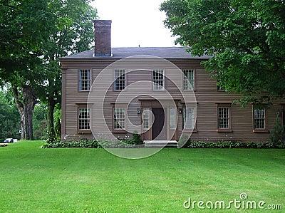 Casa colonial georgiana vieja del estilo de Nueva Inglaterra