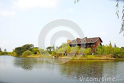 A casa de campo na beira do lago