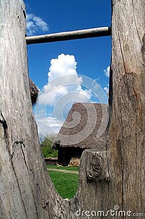 Casa de campo vista a través de la cerca de madera