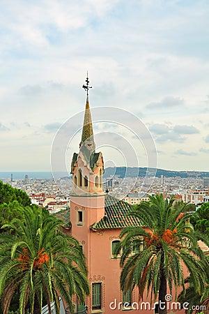 Casa de Gaudi con la torre en el parque Guell, Barcelona