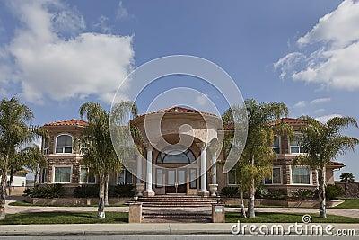 Casa de lujo de dos pisos im genes de archivo libres de - Fotos de casa de lujo ...