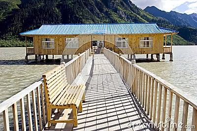 Casa de madera en el lago cerca de la montaña