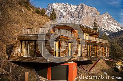 casa della montagna con architettura moderna fotografia
