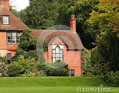 casa di campagna e giardino inglesi fotografia stock