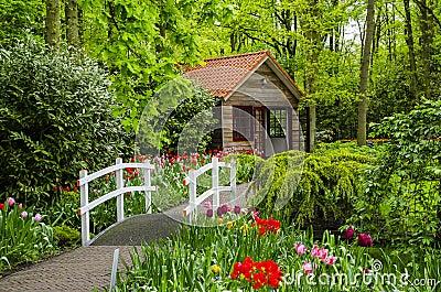 Casa di campagna e ponte bianco nei giardini di keukenhof for Giardini di campagna
