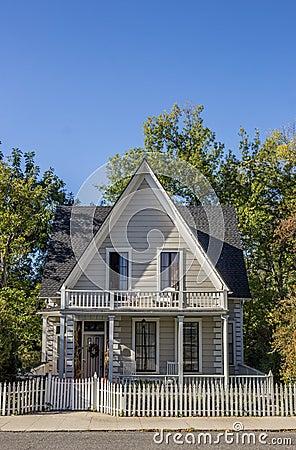 Casa di cittadina americana di legno tipica della citt for Stili di casa americana dispensa