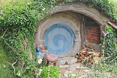Casa di hobbit con la porta blu immagine editoriale for Porta hobbit