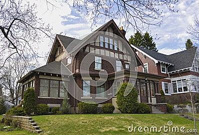 Casa con mattoni a vista ricca fotografia stock libera da for Stile a casa canada