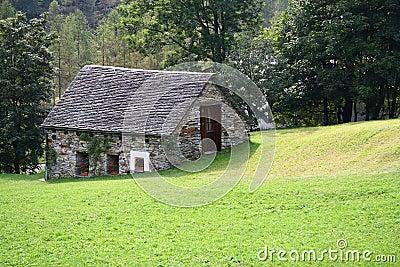 Casa di pietra della montagna immagine stock immagine for Piccoli piani di casa di montagna