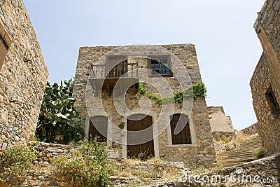 Casa di pietra sbilenca del vecchio autobus a due piani for Piani di casa del vecchio mondo