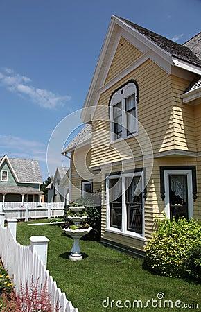Casa e giardino moderni immagini stock   immagine: 18156284